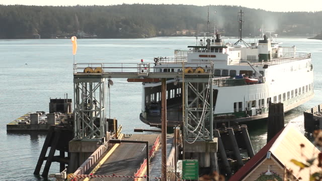 vídeos de stock e filmes b-roll de ws shot of ferry boat going from dock in san juan islands / orcas island, washington, united states - ferry