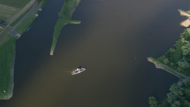 vídeos de stock, filmes e b-roll de ms aerial zo zi shot of ferry crossing elbe river / germany - rio elbe