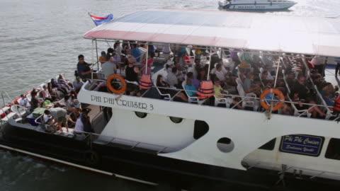 ms pan shot of ferry to phi phi island / phuket, thailand - 披披群島 個影片檔及 b 捲影像