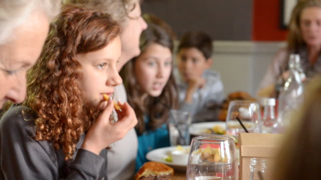 vídeos y material grabado en eventos de stock de ms pan r/f shot of festive lunch in pub with three generations of family, two dads and young girl and granddad / london, england, united kingdom - comida del mediodía