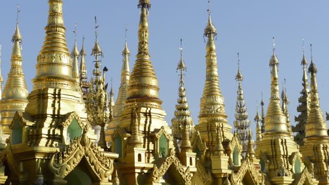vídeos de stock e filmes b-roll de ms shot of filigree golden pagoda peaks in shwedagon pagoda / yangon, yangon division, myanmar - cinco animais