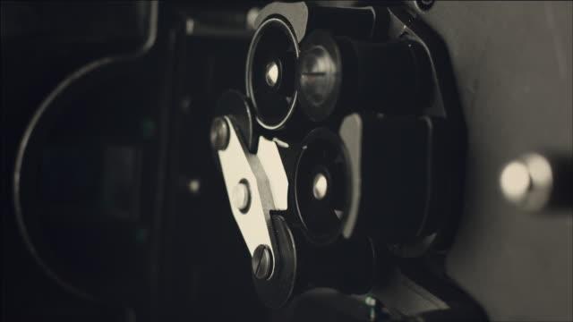 vídeos de stock, filmes e b-roll de shot of film camera viewfinder - câmera de filmar