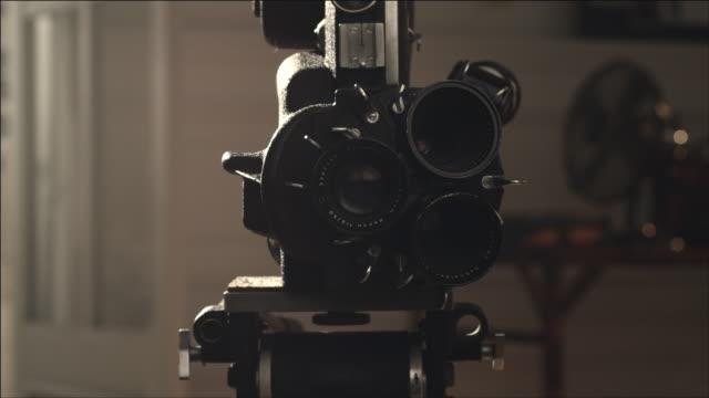 vídeos de stock, filmes e b-roll de shot of film movie camera - câmera de filmar