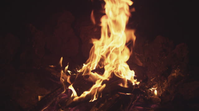 """ms slo mo slo mo shot of fire flames in campfire, showing entire fire pit and exposed to see rocks around fire / bend, oregon, united states "" - lagerfeuer stock-videos und b-roll-filmmaterial"