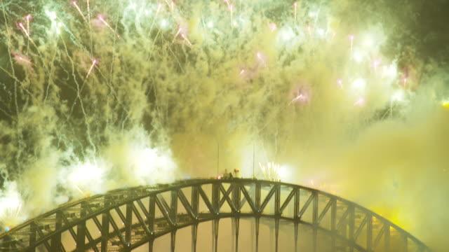 a shot of fireworks from the harbour bridge - 世界的な名所点の映像素材/bロール
