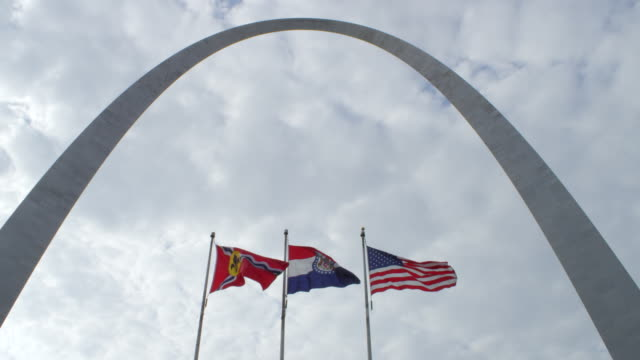 ms shot of flags flying in st. louis gateway arch / st. louis, missouri, united states - ミズーリ州点の映像素材/bロール