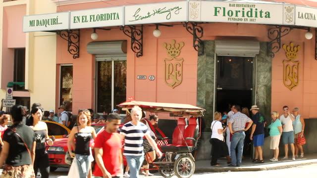 vídeos de stock, filmes e b-roll de ms shot of floridita exterior with bustling crowded sidewalks / havana, cuba  - escrita ocidental