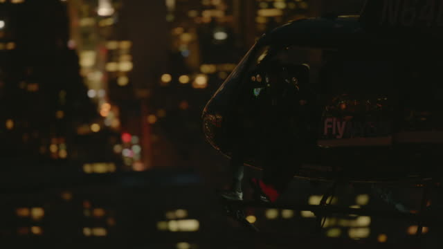 """ms zi aerial shot of flying helicopter above skyline / new york city, united states"" - helikopter bildbanksvideor och videomaterial från bakom kulisserna"