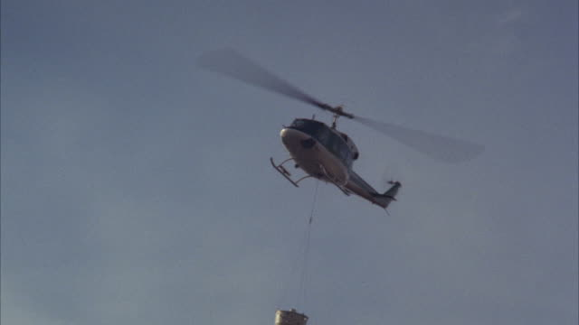 vidéos et rushes de ms ts shot of flying helicopter with water basket - charger activité