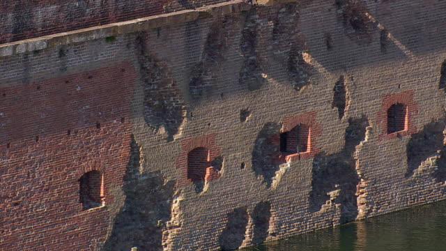 vídeos y material grabado en eventos de stock de ms aerial tu shot of fort pulasky national monument / georgia, united states - monumento nacional
