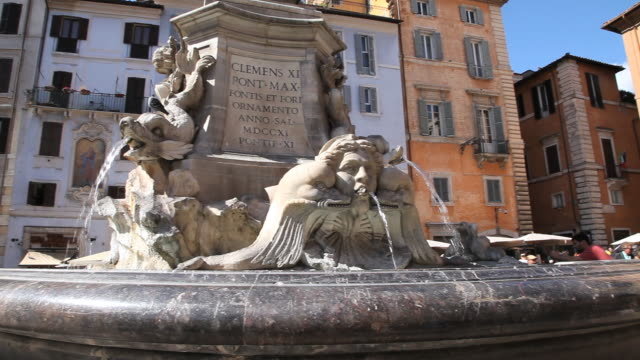 stockvideo's en b-roll-footage met ms pan shot of fountain / pantheon, rome, italy - kleine groep dieren