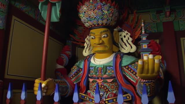vídeos de stock e filmes b-roll de shot of four devas at jeungsimsa temple(gwangju cultural assets data 1) - figura masculina