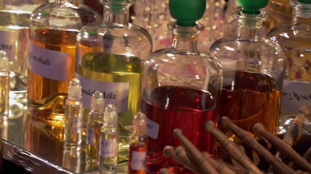 vídeos de stock e filmes b-roll de cu pan shot of fragrances at christmas market in potsdam / potsdam, brandenburg, germany  - perfumado