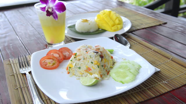 stockvideo's en b-roll-footage met cu shot of fried rice with shrimps, typical thai food / island ko lanta, krabi province, thailand - sap