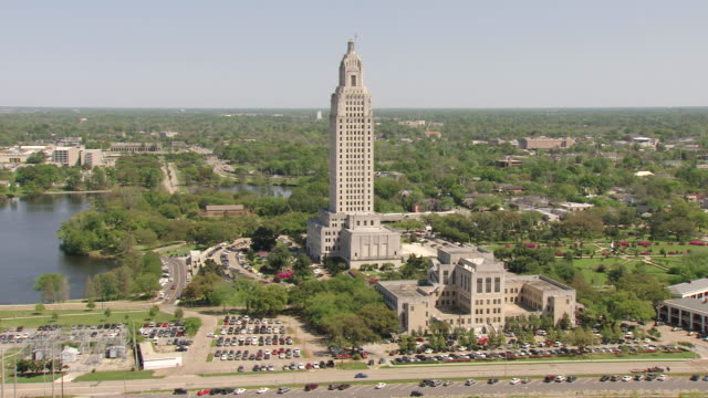 ws aerial ts shot of front entrance of louisiana state capitol building / baton rouge, louisiana, united states - baton rouge stock-videos und b-roll-filmmaterial