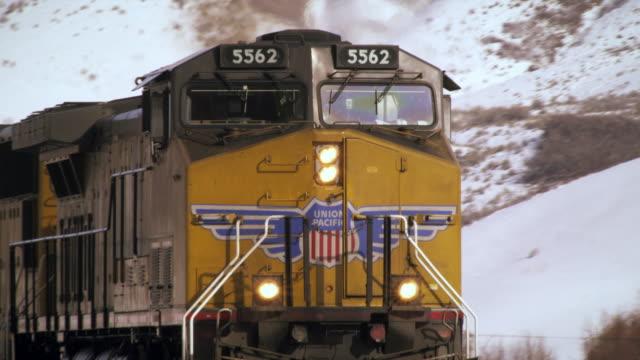 shot of front of moving train. - プロボ点の映像素材/bロール