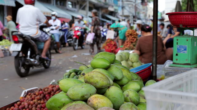 cu shot of fruits market in city / ho chi minh city, vietnam - 熱帯気候点の映像素材/bロール