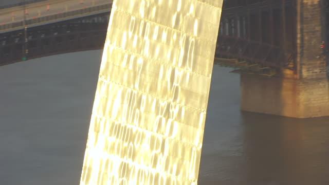 vídeos y material grabado en eventos de stock de ms aerial tu shot of gateway arch steel sections glowing in sunset light / st louis, missouri, united states - expansión hacia el oeste