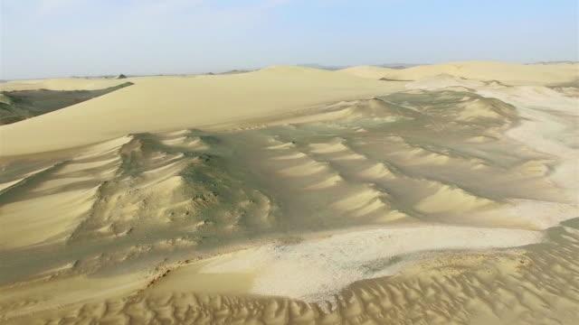 vidéos et rushes de ws aerial shot of gebi desert/xinjiang,china. - désert de gobi