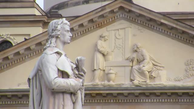 vídeos de stock e filmes b-roll de cu shot of gendarmenmarkt, schiller monument in front of konzerthaus / berlin, germany - figura masculina