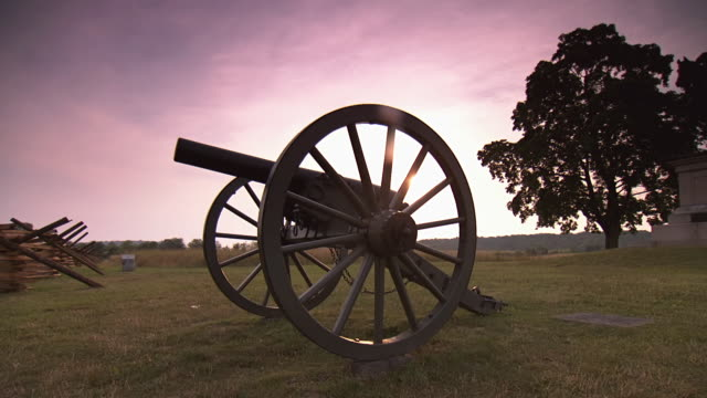 ms pan shot of general hancock monument next to cannon and wooden fence at gettysburg national military park during sunrise / gettysburg, virginia, united states - battlefield stock videos & royalty-free footage