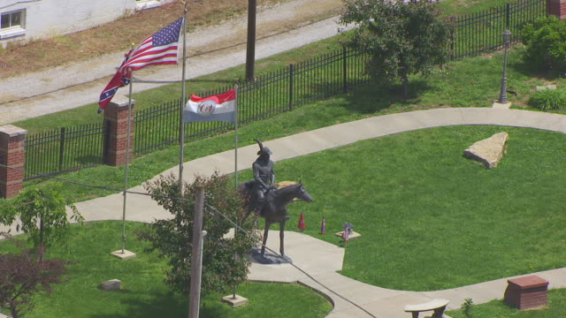 vídeos y material grabado en eventos de stock de ms aerial shot of general joseph o shelby statue with confederate flags / missouri, united states - monumento