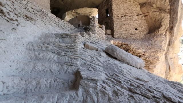 vídeos y material grabado en eventos de stock de ms shot of gila cliff dwellings national monument / catron, new mexico, united states - vivienda en roca