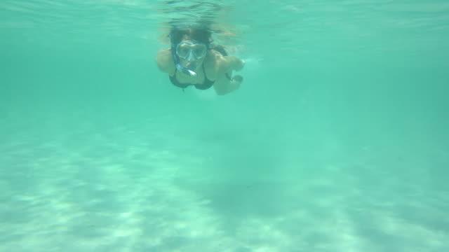 vídeos de stock e filmes b-roll de ms ts shot of girl diving and having fun at sea / mallorca, spain - só uma menina adolescente
