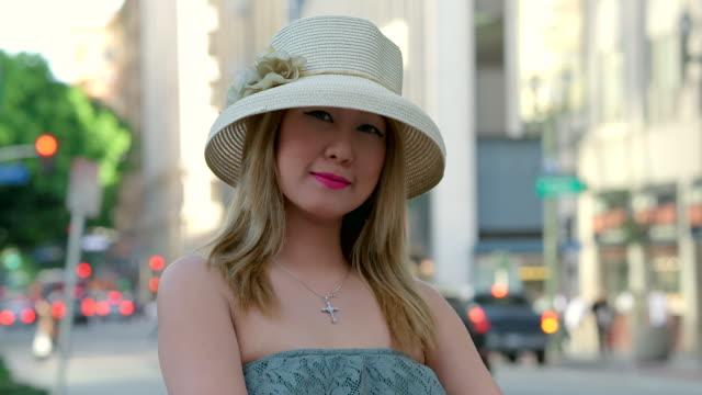 vídeos y material grabado en eventos de stock de cu shot of girl looking very calm and confident and wearing hat / los angeles, california, united states - sólo mujeres jóvenes