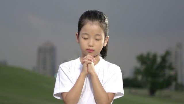 ms zi shot of girl praying / seoul, south korea - augen geschlossen stock-videos und b-roll-filmmaterial