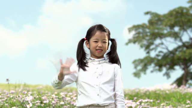 vidéos et rushes de ms shot of girl waving / seoul, south korea - saluer de la main