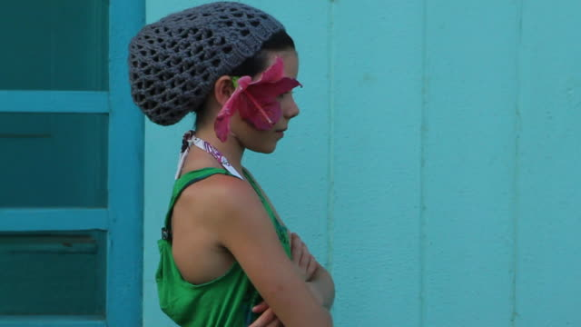 stockvideo's en b-roll-footage met ms shot of girl with knit cap and hybiscus flower / paia, hawaii, united states - hoeden