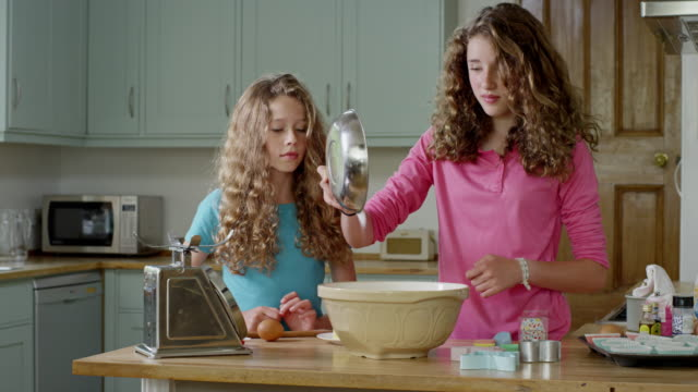 vidéos et rushes de ms shot of girls mixing ingredients in mixing bowl / london, hampstead, united kingdom - four à micro ondes