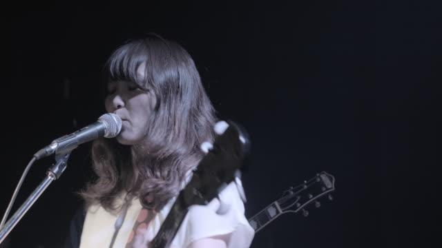 vídeos de stock e filmes b-roll de ms pan shot of girls singing and playing on stage / taipei, taiwan, china - música punk