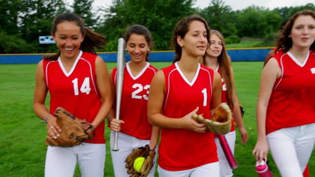 vídeos y material grabado en eventos de stock de ms ts shot of girls softball team walking on to baseball field / albany, new york, united states  - sófbol