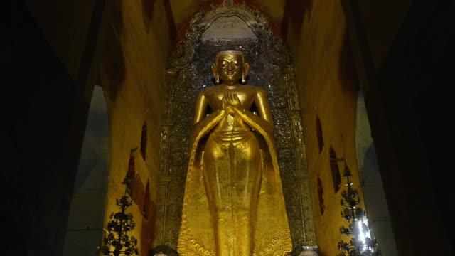 ms tu shot of golden buddha statue in ananda pagoda / bagan, mandalay division, myanmar - figura maschile video stock e b–roll