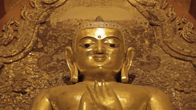 stockvideo's en b-roll-footage met cu r/f shot of golden buddha's head (blurred to sharp) inside temple / bagan, mandalay division, myanmar - infaden