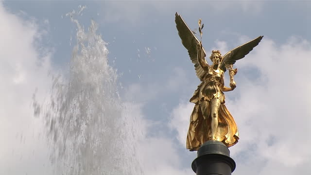 cu shot of golden statue of peace with fountain / munich, bavaria, germany - animal wing stock videos & royalty-free footage