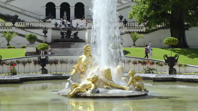 vídeos y material grabado en eventos de stock de ms shot of golden statues of fountain in pond runs at schloss linderhof castle, built by king ludwig ii of bavaria / oberammergau, bavaria, germany - figura femenina