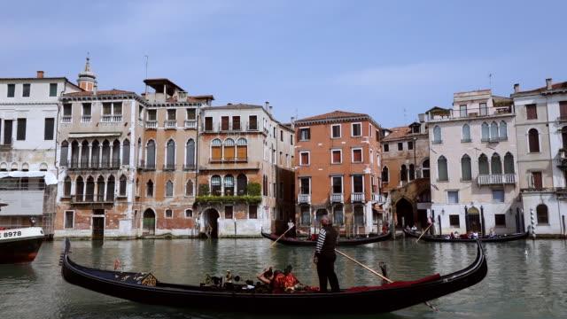 vidéos et rushes de ws shot of gondolas journey on canal grande near rialto / venice, veneto, italy - venise