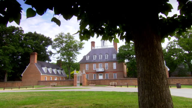ms pan shot of  governors palace in colonial williamsburg with tree in ground / williamsburg, virginia, united states - kolonialstil stock-videos und b-roll-filmmaterial