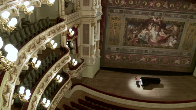 ms td shot of grand piano on stage in front of empty auditorium at semperopera / dresden, saxony, germany - オペラ座点の映像素材/bロール