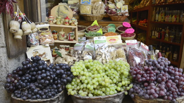 cu shot of grapes in delicatessen shop / siena, tuscany, italy - tuscany stock videos & royalty-free footage