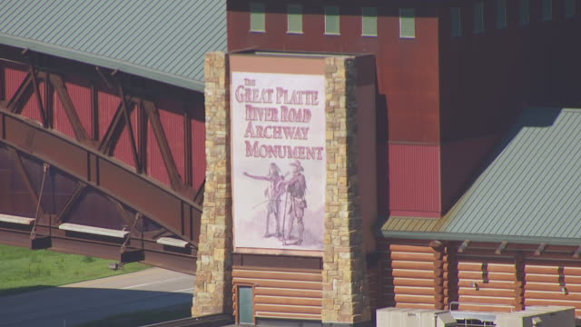 cu aerial ts zi tu shot of great platte river road archway sign to horse at top of archway museum building / nebraska, united states - 西方拡大点の映像素材/bロール