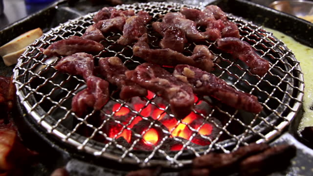 vídeos y material grabado en eventos de stock de cu shot of grilling korean bbq / incheon, south korea - coreano oriental