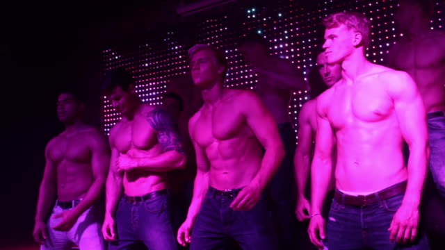 vídeos y material grabado en eventos de stock de ms pan la shot of group of male strippers / london, united kingdom - sin camisa