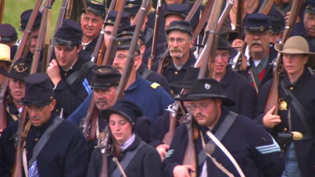 ms ts shot of group of union soldiers march / gettysburg, pennsylvania, united states - unionsarmén bildbanksvideor och videomaterial från bakom kulisserna