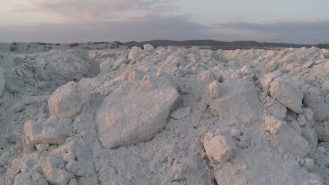 ma pan shot of gypsum quarry / agua amarga, andalusia, spain - agua点の映像素材/bロール