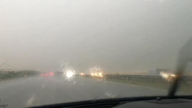 vídeos y material grabado en eventos de stock de pov shot of hail stones hitting a car windscreen whilst travelling on the a1 - parabrisas