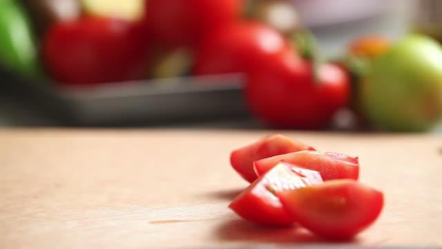 vídeos de stock, filmes e b-roll de cu shot of hand cutting cherry tomato / seoul, south korea - tomate